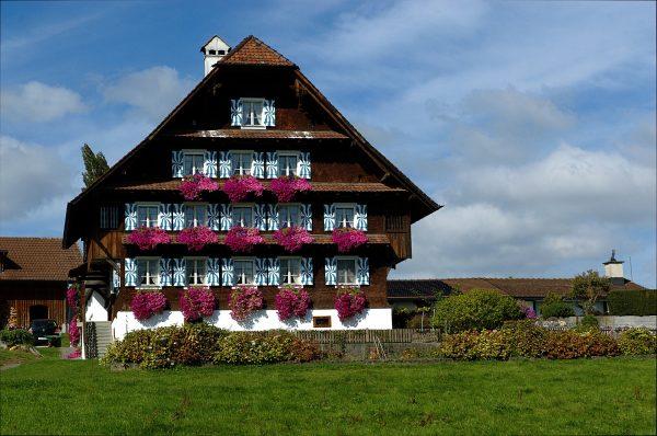 farmhouse-1721122_1920